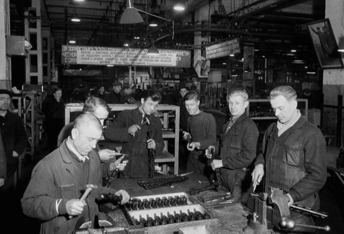 Начальников предприятий, ценные кадры вроде ученых и инженеров тоже оставляли трудиться в тылу / Фото: i0.wp.com
