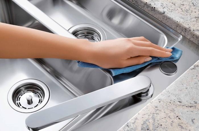 Выполнить лайфхак не составит труда, да и займет мытье раковины всего несколько минут / Фото: santehprice.ru