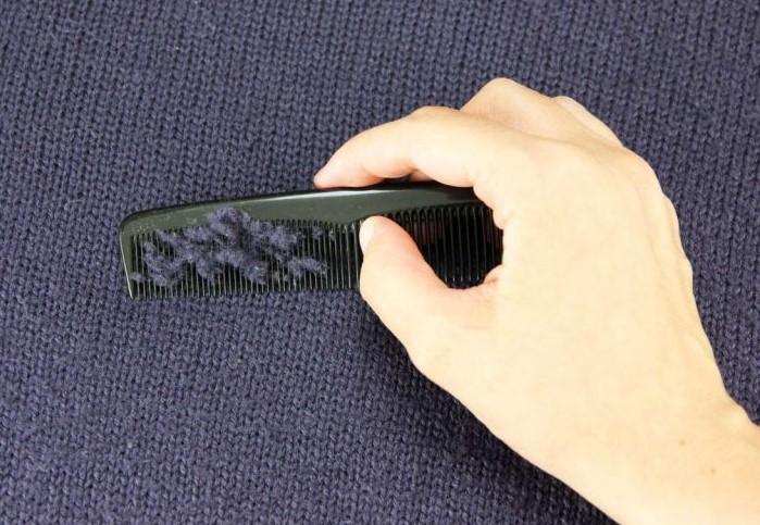 Гребешок с мелкими и частыми зубчиками поможет избавиться от катышков / Фото: hoz.guru