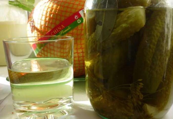 Огуречный рассол - ценный продукт, который пригодится в быту, на даче, в кулинарии и для здоровья