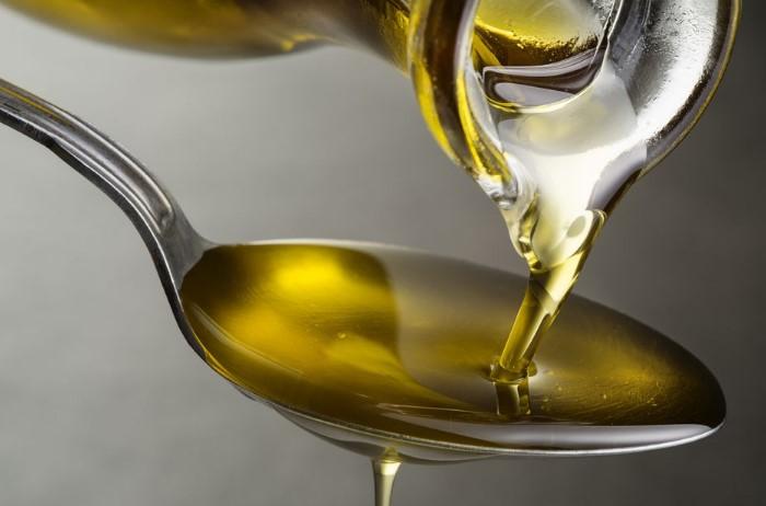 Для маскировки мелких царапин подойдет любое растительное масло / Фото: prostyye-sovety.ru