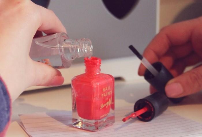 Разбавлять лак стоит только специально предназначенным для этого средством / Фото: media.musely.com