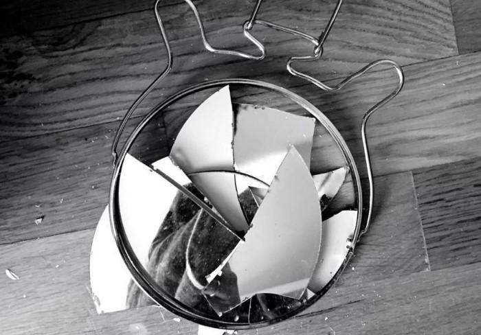 Разбитое зеркало превращает положительную энергетику в отрицательную / Фото: fb.ru
