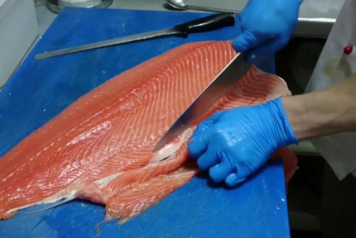 Согласно закону во время потрошения запрещено осуществлять с рыбой подозрительные действия / Фото: i.pinimg.com