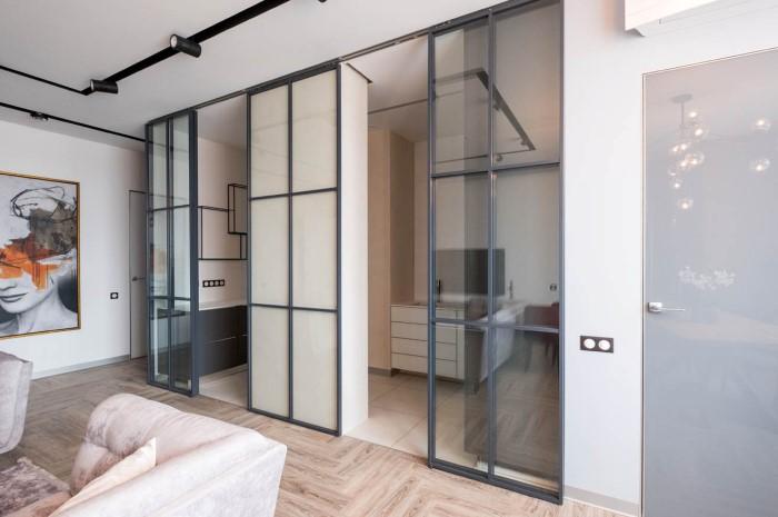 Ширма выглядит как самостоятельный элемент декора, поэтому гармонично впишется в минималистичную квартиру / Фото: eraglass.com