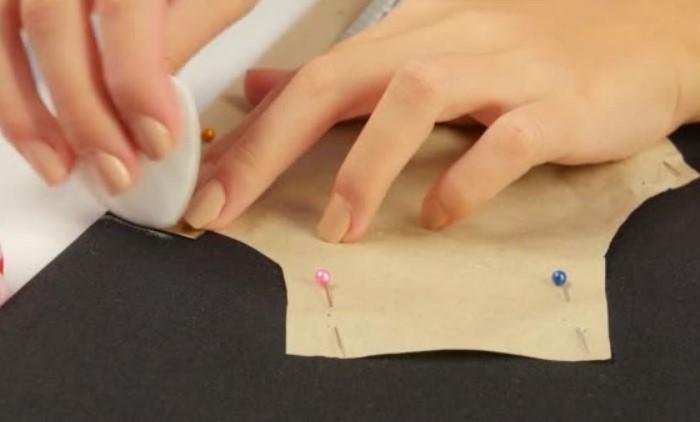 Мылом удобно делать разметку на ткани, поскольку оно легко отстирывается / Фото: st3.depositphotos.com