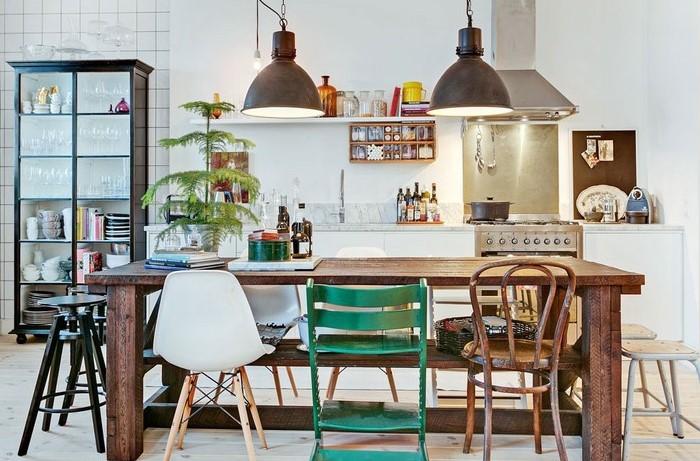 Сегодня можно даже расставлять за обеденным столом стулья разного размера и цвета / Фото: mediasole.ru