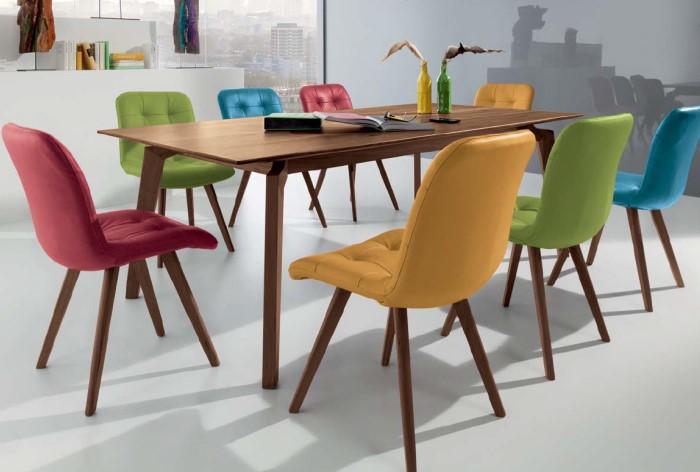 Вместо одинаковых стульев поставьте разноцветные / Фото: alterego-mebel.ru
