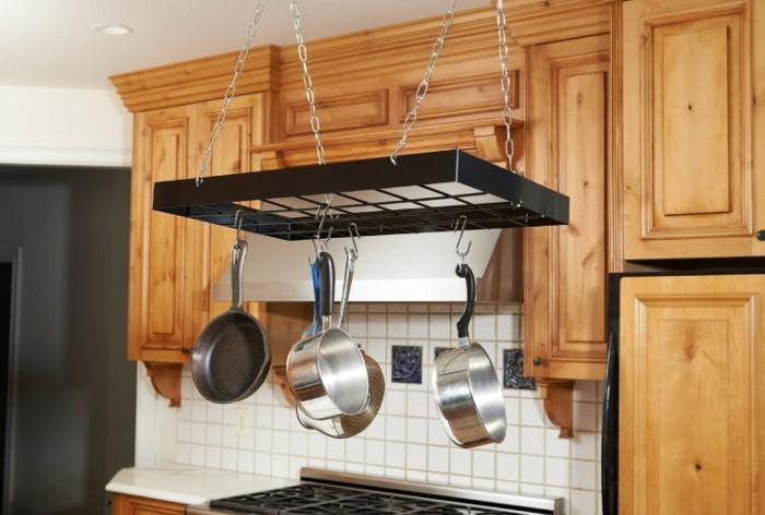 На подвесном рейлинге и посуде скапливается жир и грязь, которые сложно отмыть / Фото: design-homes.ru