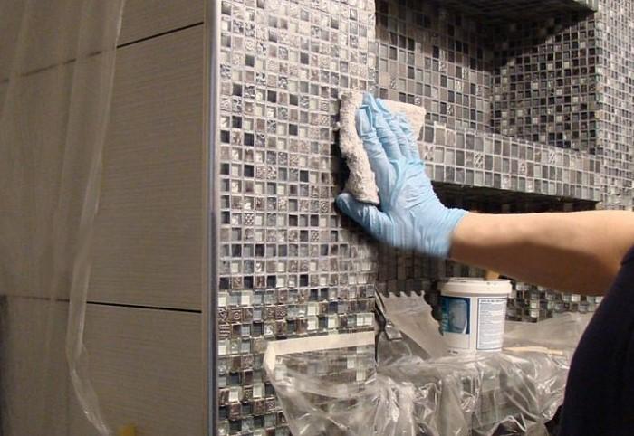 Очищать рельефную плитку сложнее, чем глянцевую / Фото: vannajainfo.ru