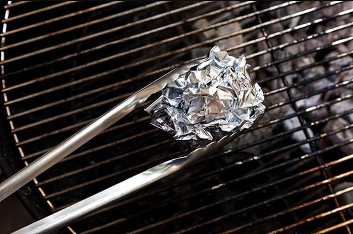 Фольга заменит металлические щетки, скребки для духовки и железные мочалки / Фото: moidom.boltai.com