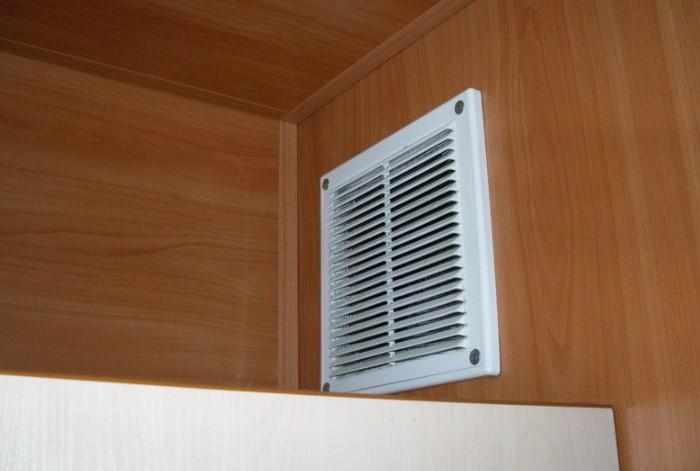 Особенно это касается кухонных решеток, где к пыли также примешивается жир / Фото: gidroguru.com
