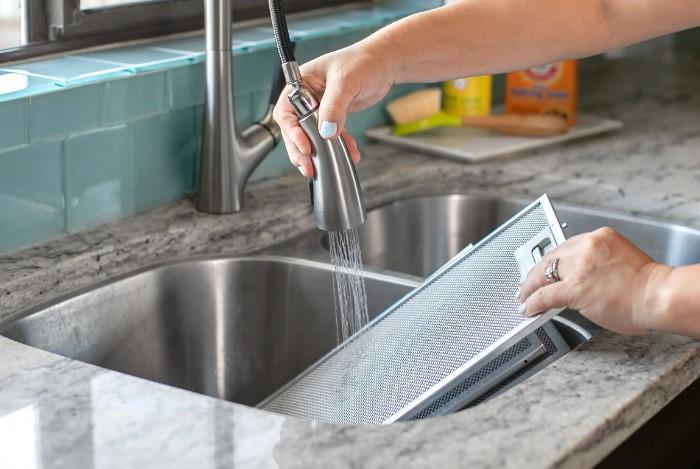 5 бюджетных способов отмыть засаленные решетки и вытяжку