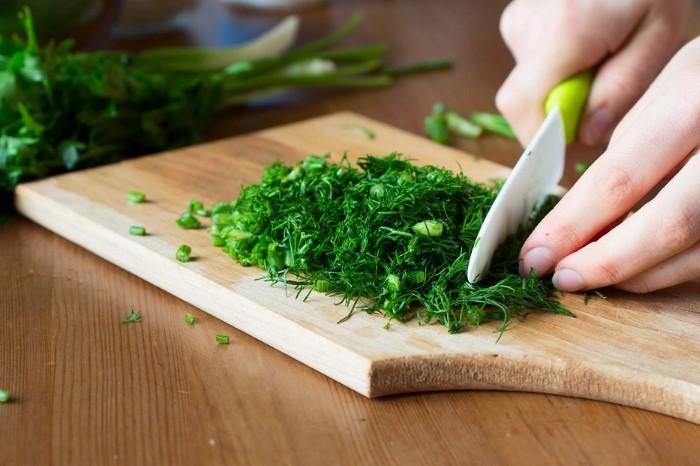 Промойте, высушите и нарежьте зелень в произвольном порядке / Фото: legkovmeste.ru