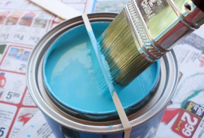 Если снимать излишки на резинке, то краска снова попадет в банку, а не стечет на пол / Фото: handsgolden.ru