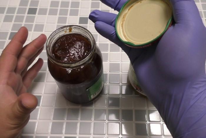 Резиновые перчатки улучшают сцепление рук с металлической крышкой / Фото: i.ytimg.com