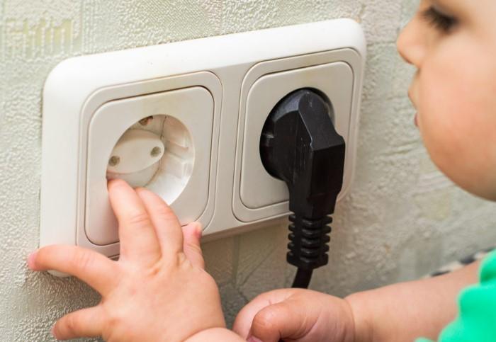 В детской комнате следует установить на розетки заглушки / Фото: mistersparkymyrtlebeachsc.com