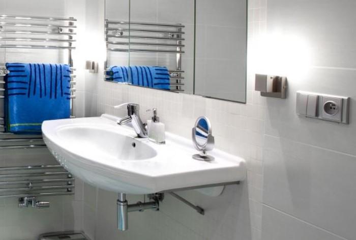 Размещайте розетки подальше от раковины и ванной / Фото: elecktrik26.ru