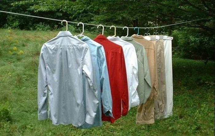 Проще всего оставить одежду на свежем воздухе, чтобы выветрились все неприятные ароматы / Фото: img1.liveinternet.ru