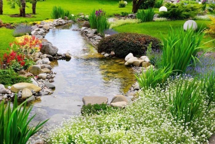 Ручей можно разместить вдоль дорожки, разбить по «берегам» клумбы или сделать альпийскую горку / Фото: i03.fotocdn.net