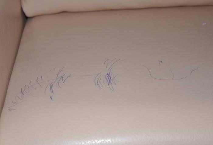Смыть шариковую ручку поможет скотч и мыльный раствор / Фото: kliningovyj-raj.ru