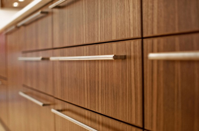 Выразительная фурнитура на фоне монохромного гарнитура станет изюминкой кухни / Фото: s3.wasabisys.com