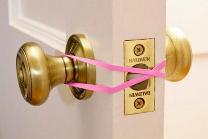 Резинка предотвратит захлопывание двери и не разбудит спящего ребенка при открывании двери / Фото: fresher.ru