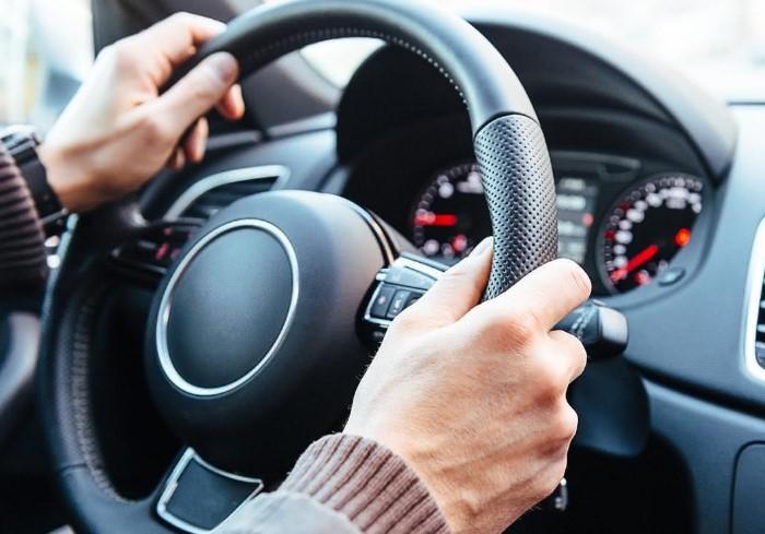 Основная причина истираемости кожаной поверхности - частый контакт с руками водителя / Фото: spbautokey.ru