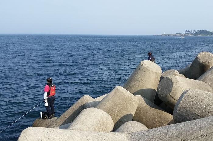 Рыбаки устраиваются на волнорезах, чтобы выловить улов побольше / Фото: cdn.pixabay.com
