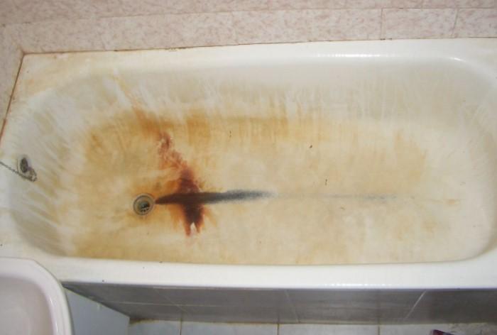 Потеки ржавчины глубоко проникают в покрытие и делают его пожелтевшим / Фото: dekormyhome.ru