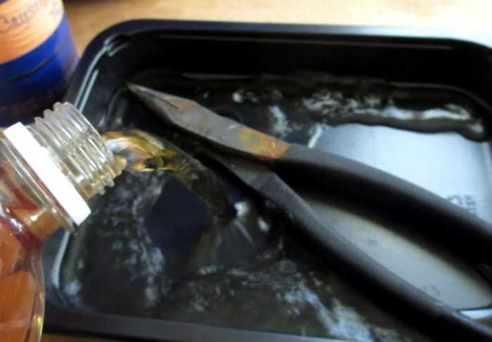 Уксус хорошо удаляет ржавчину и другие загрязнения, поэтому в нем вымачивают инструменты / Фото: img.gwsigeps.com