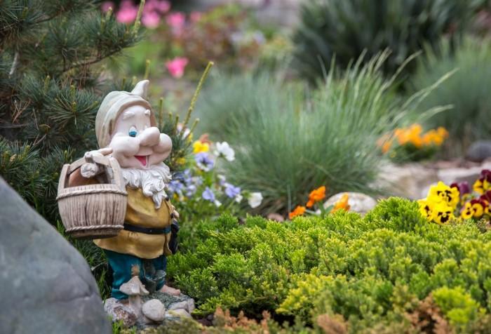Расставьте по двору садовых гномов, фигурки животных и другие декоративные статуэтки / Фото: luckclub.ru