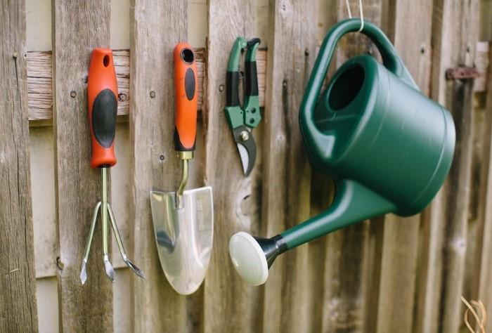 Проверьте садовый инвентарь и почините его при необходимости / Фото: static-sl.insales.ru