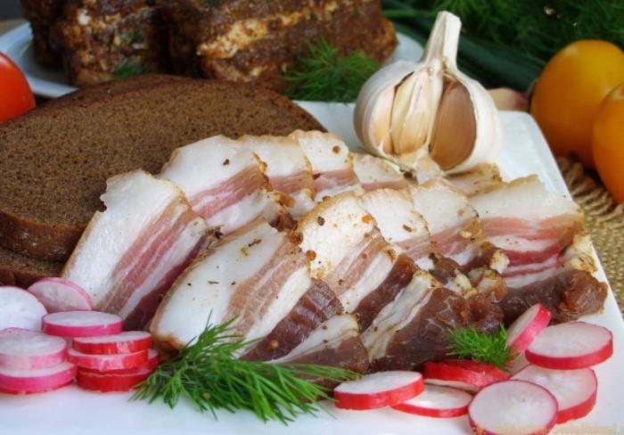 Свиное сало получает почетное «серебро», так как в 100 г продукта содержится 815-841 ккал / Фото: kartinkin.com