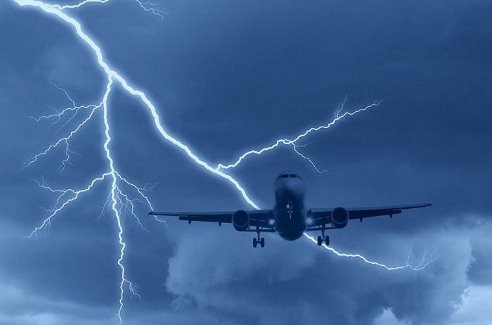 Молнии очень часто попадают в воздушные судна, но не представляют опасности ни для пассажиров, ни для лайнера / Фото: vladtime.ru