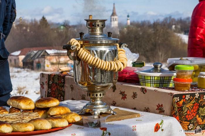 Чаепитие за самоваром с баранками - любимая русская традиция