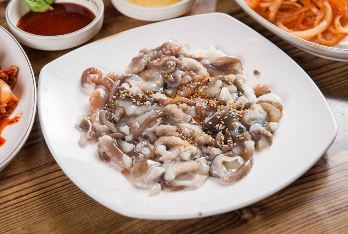 Сан Нак Джи - популярное в Корее и Японии блюдо, которое «готовят» из живого осьминога / Фото: blacklink.co.kr