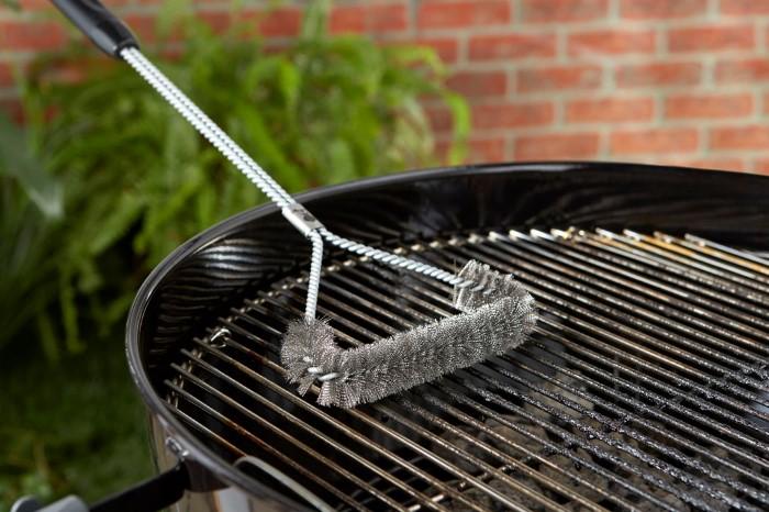 Если часто жарите блюда на барбекю, приобретите специальный металлический ершик для быстрой очистки / Фото: housetime.pro