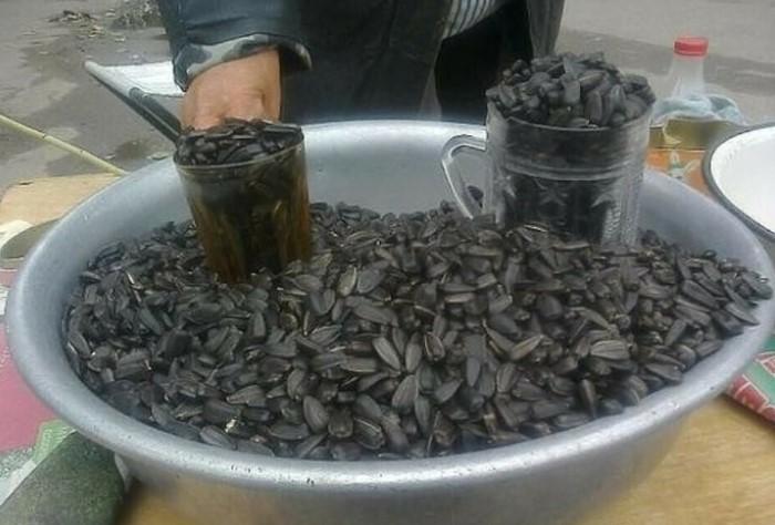 Все ведь помнят бабушек, которые торговали семечками и арахисом в стаканчиках? / Фото: i.mycdn.me