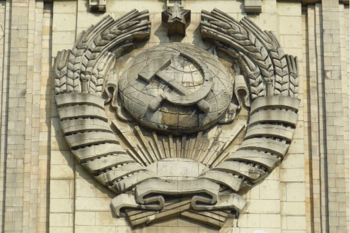 B 1923 году утвердили основной герб Союза, где крестьянско-трудовая эмблема изображалась на фоне земного шара / Фото: cdn.pixabay.com