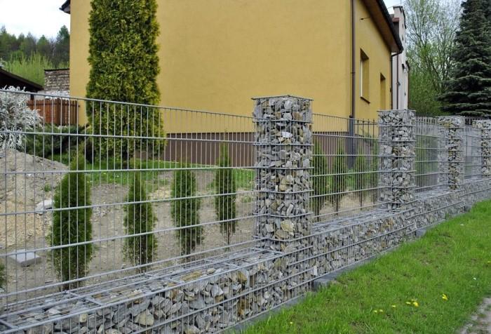 Сетчатый забор - самый простой и дешевый вариант для ограждения территории