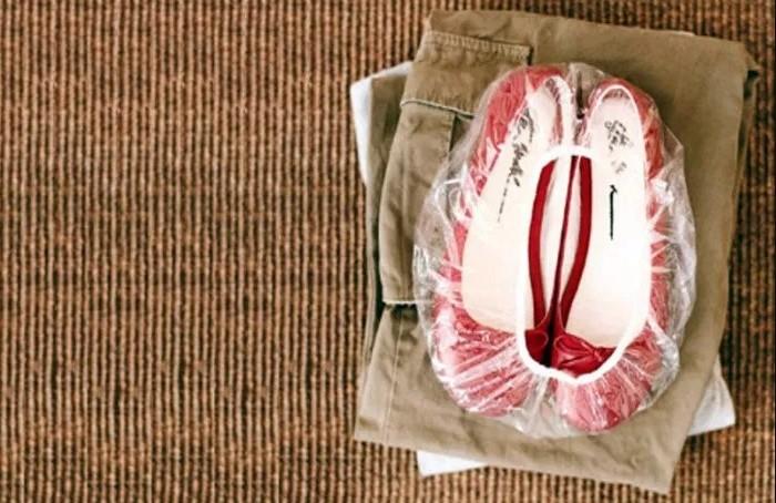 В шапочку для душа можно сложить обувь и положить ее в чемодан / Фото: travel-dom.ru