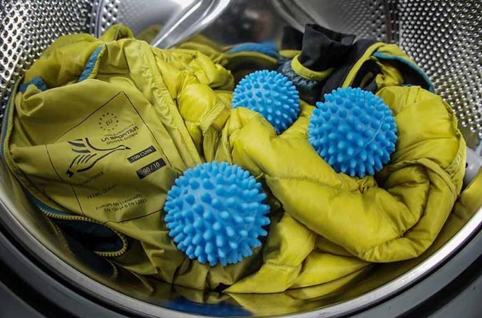 Специальные шарики для стирки пуховиков предотвращают сбивание наполнителя / Фото: domovei.com