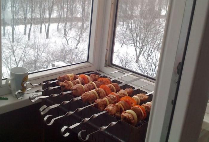 С 01.01.2021 года в России действует закон, согласно которому жарить барбекю на открытом пламени на балконе нельзя / Фото: cpykami.ru