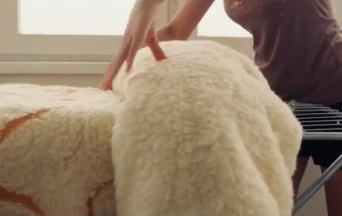 После стирки разложите одеяло на горизонтальной поверхности для высыхания / Фото: berkem.ru