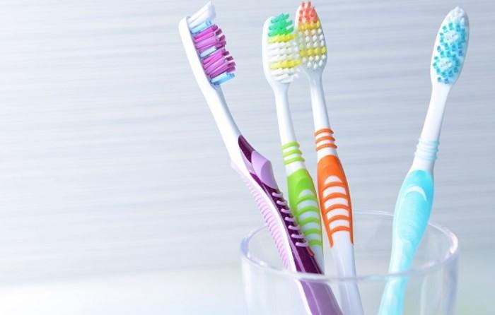 Меняйте зубную щетку раз в 3 месяца и после вирусных заболеваний / Фото: poradnica.com