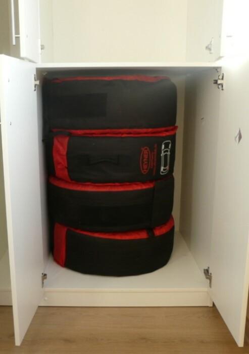 Для шин можно выделить отдельный закрытый шкаф или подвесить их над потолком / Фото: gallery.profi.ru