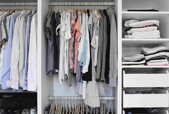 Старайтесь хранить в шкафу только чистую одежду / Фото: img.news-textile.ru