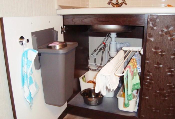 Храните кухонные полотенца на выдвижной штанге под раковиной / Фото: kitchen.cdnvideo.ru