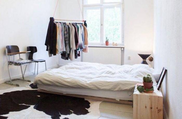 Для экономии места штангу можно повесить над кроватью / Фото: ideal-garderob.ru